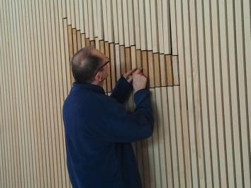 Dieter Hermann finalise la pose du xylophone mural